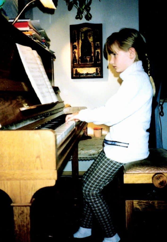Eva Schaumkell as a child at the piano.
