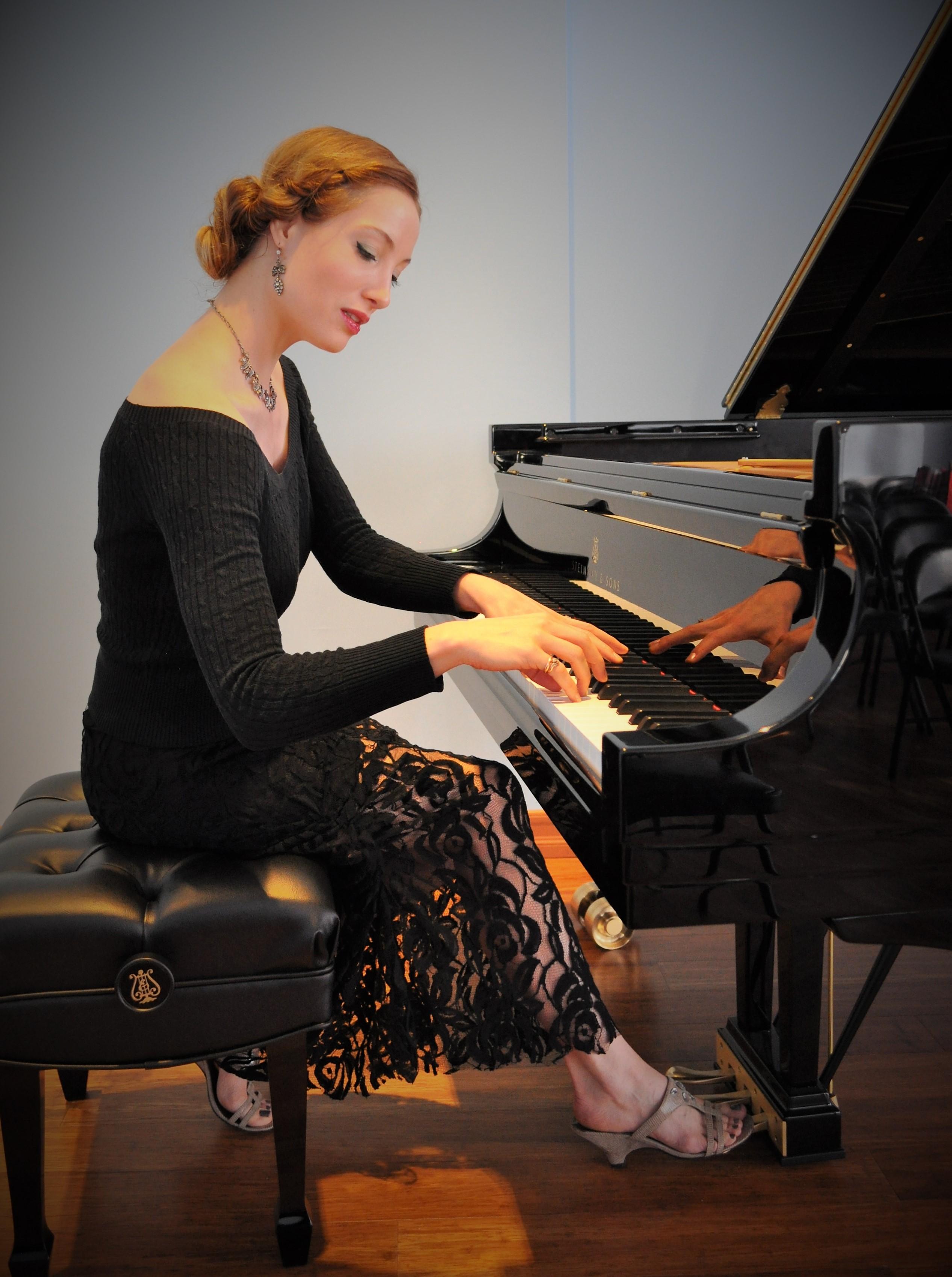 Danaë Vlasse on Piano